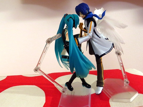Kaito flies in for the kiss!